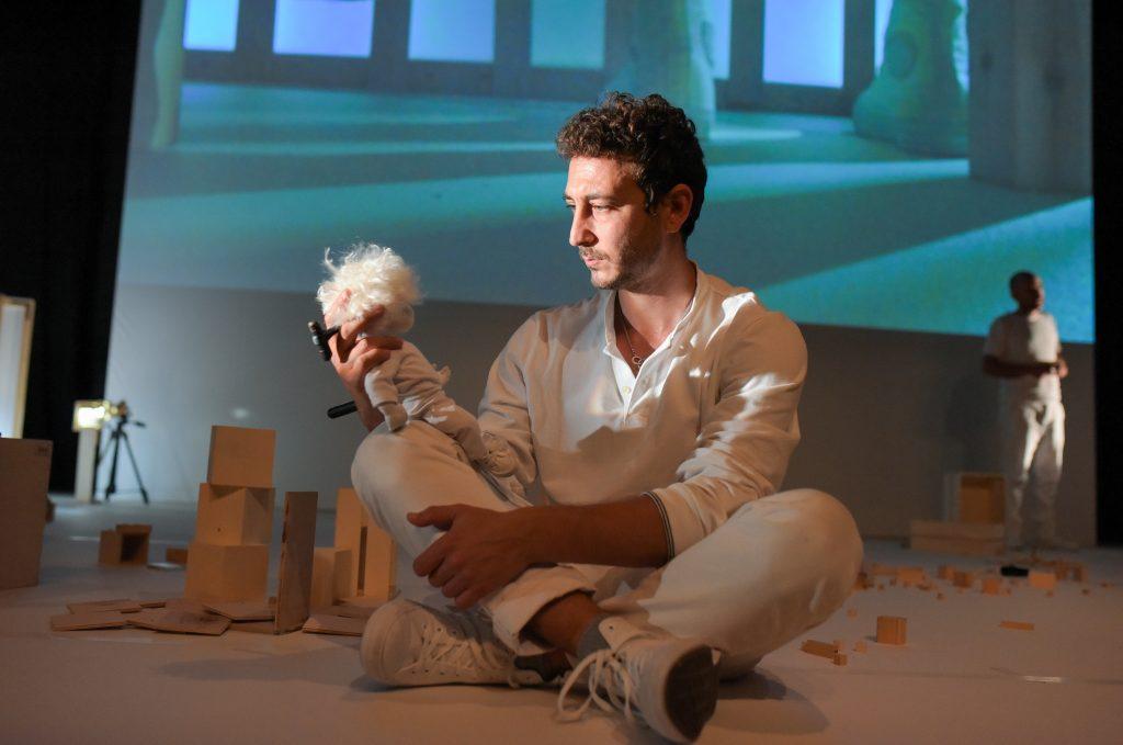 שחקן מחזיק בובה של מתיא