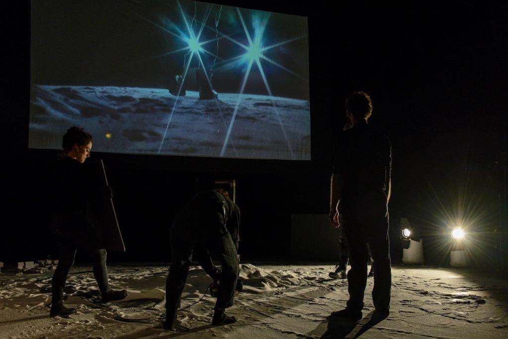הדרך לעין חרוד, הזירה הבינתחומית, בימוי צבי סהר, צילום אורי רובינשטיין